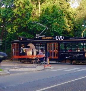 una bici, un tram alle spalle della Triennale